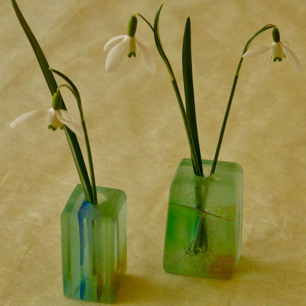 2 Minivasen von Thomas Lerch mit 3 Schneeglöckchen ohne Plastik im Bad